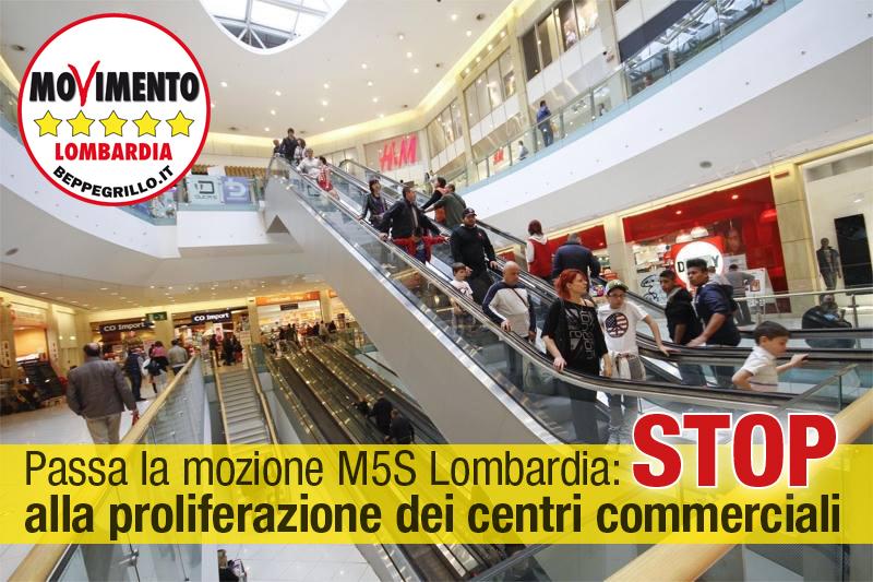 Stop a 5 centri commerciali, vince la linea di M5S