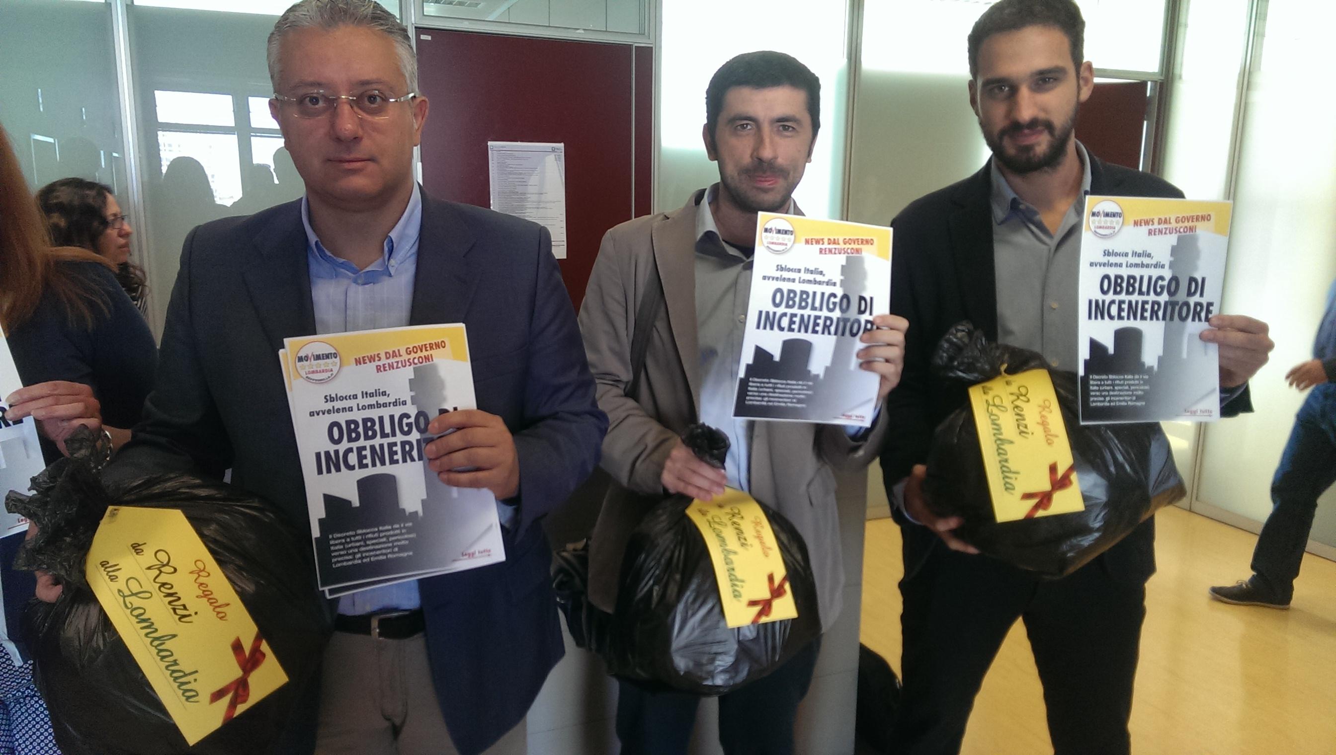 """""""Sblocca Italia"""" e libera gli inceneritori, la protesta di M5S in Lombardia"""
