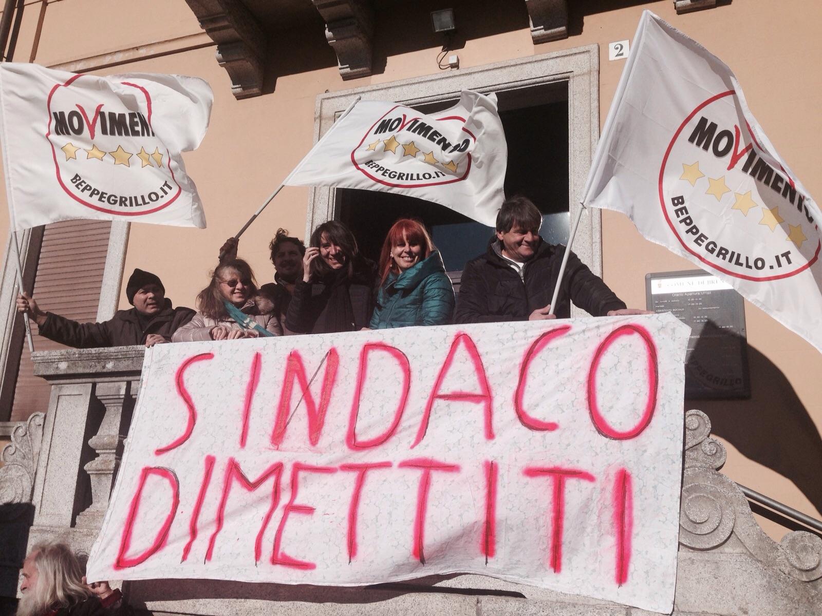 #BallardinDimettiti: M5S davanti al Municipio di Brenta per chiedere dimissioni del sindaco arrestato