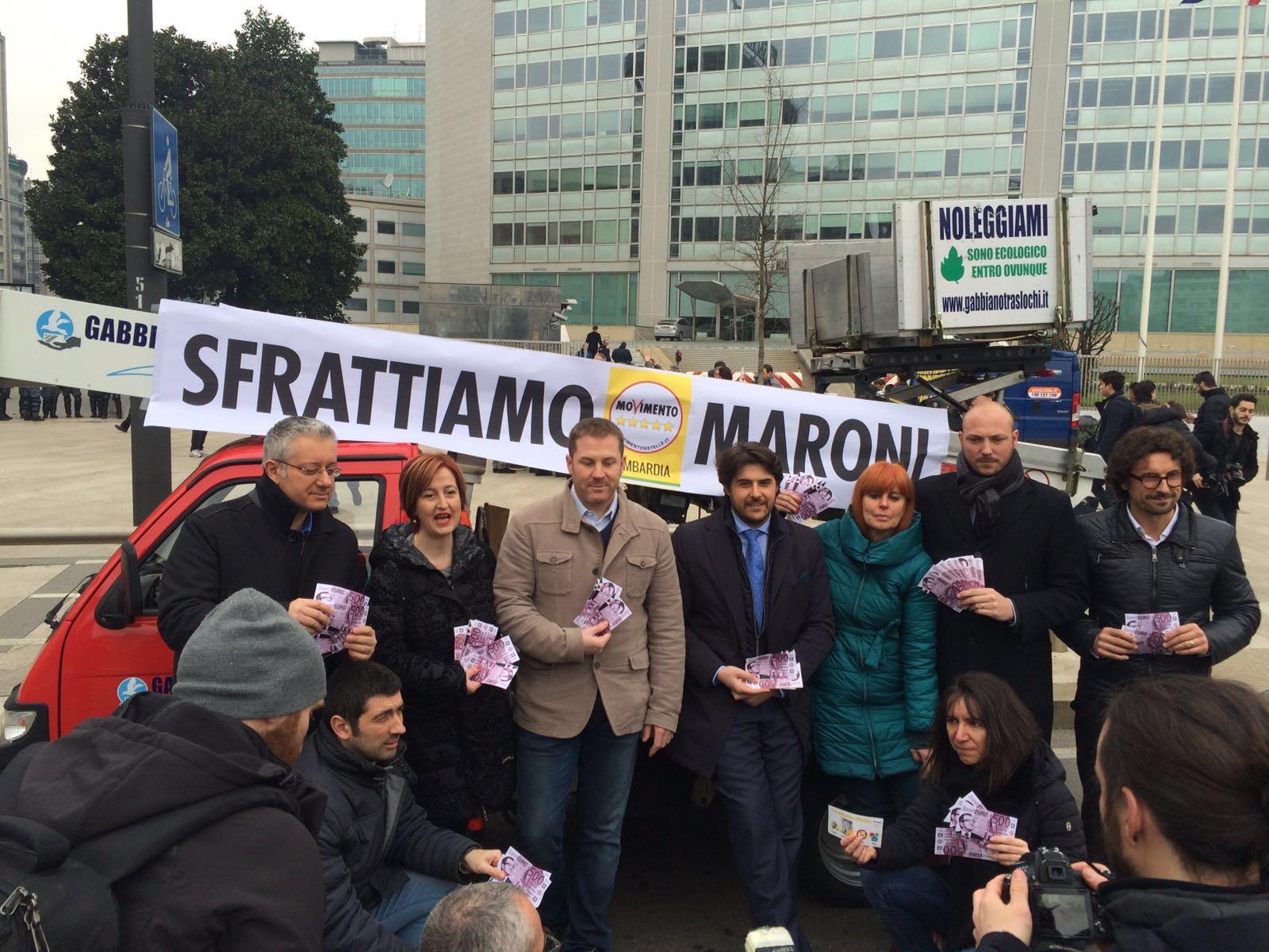 #SfrattiamoMaroni, il flash mob del M5S davanti a Palazzo Pirelli
