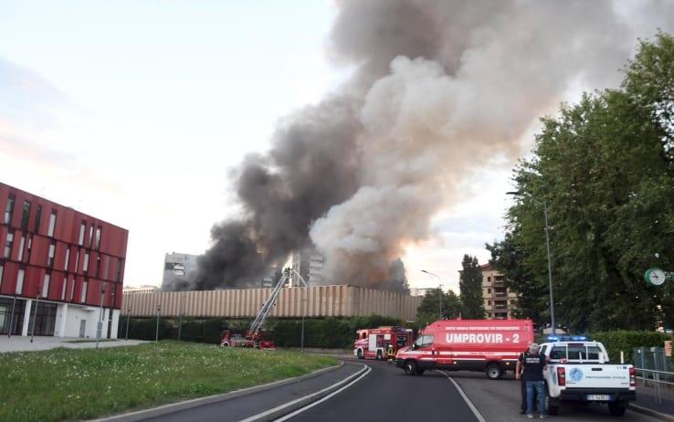 Incendio deposito rifiuti a Milano: verificare gli interessi in gioco, i danni ambientali e quelli sanitari.