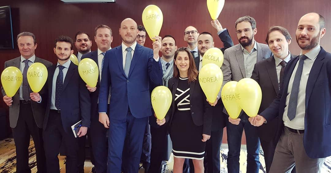 Collaborazione e aiuto reciproco. Palloncini in omaggio a Gianroberto Casaleggio per il primo Consiglio.