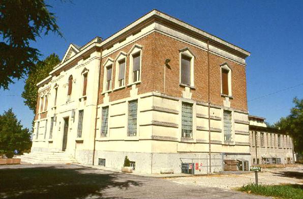 Ex Istituto Lattiero, in disuso da troppo tempo.