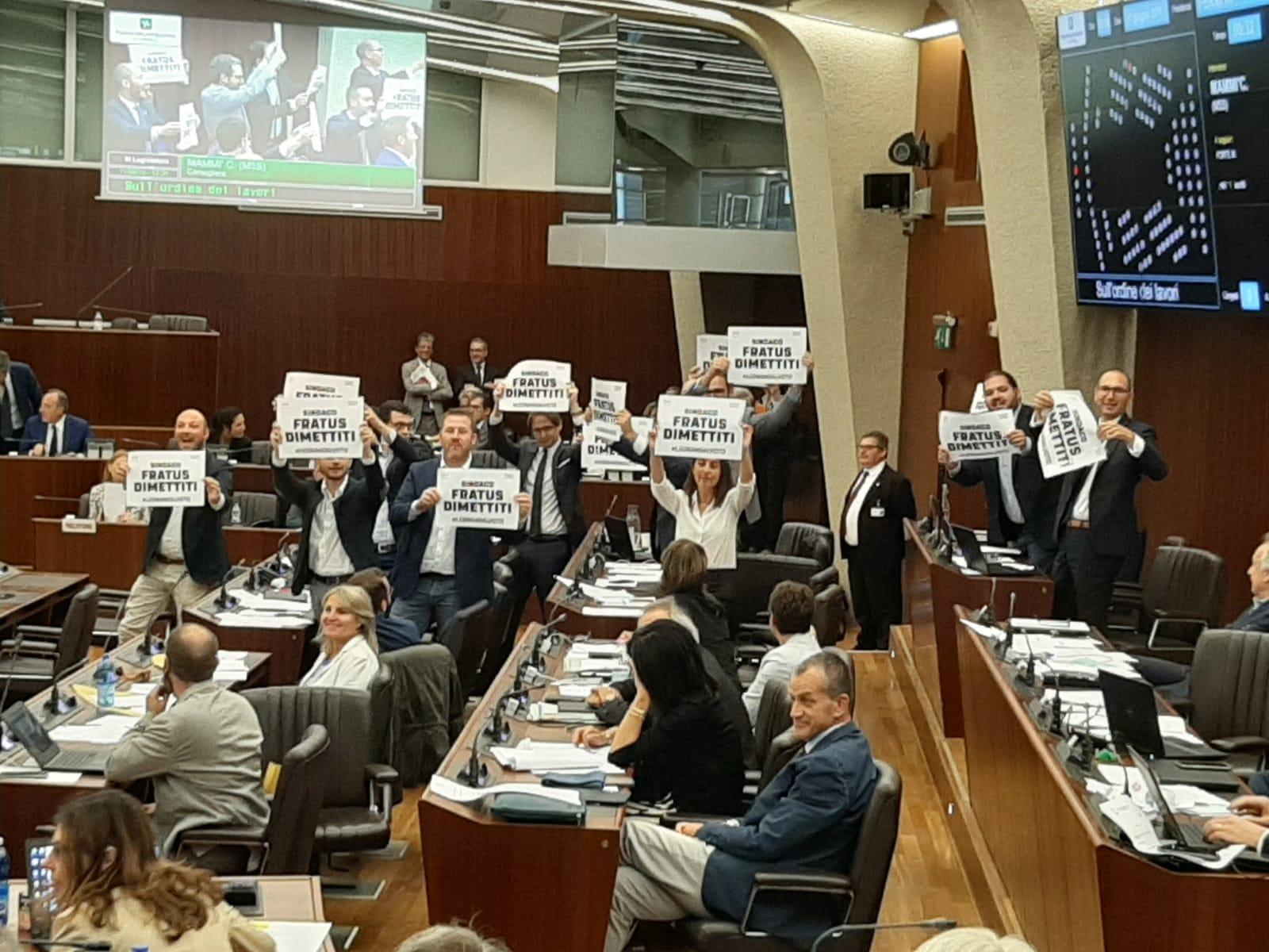 """La protesta in Consiglio regionale: """"Fratus si deve dimettere"""""""