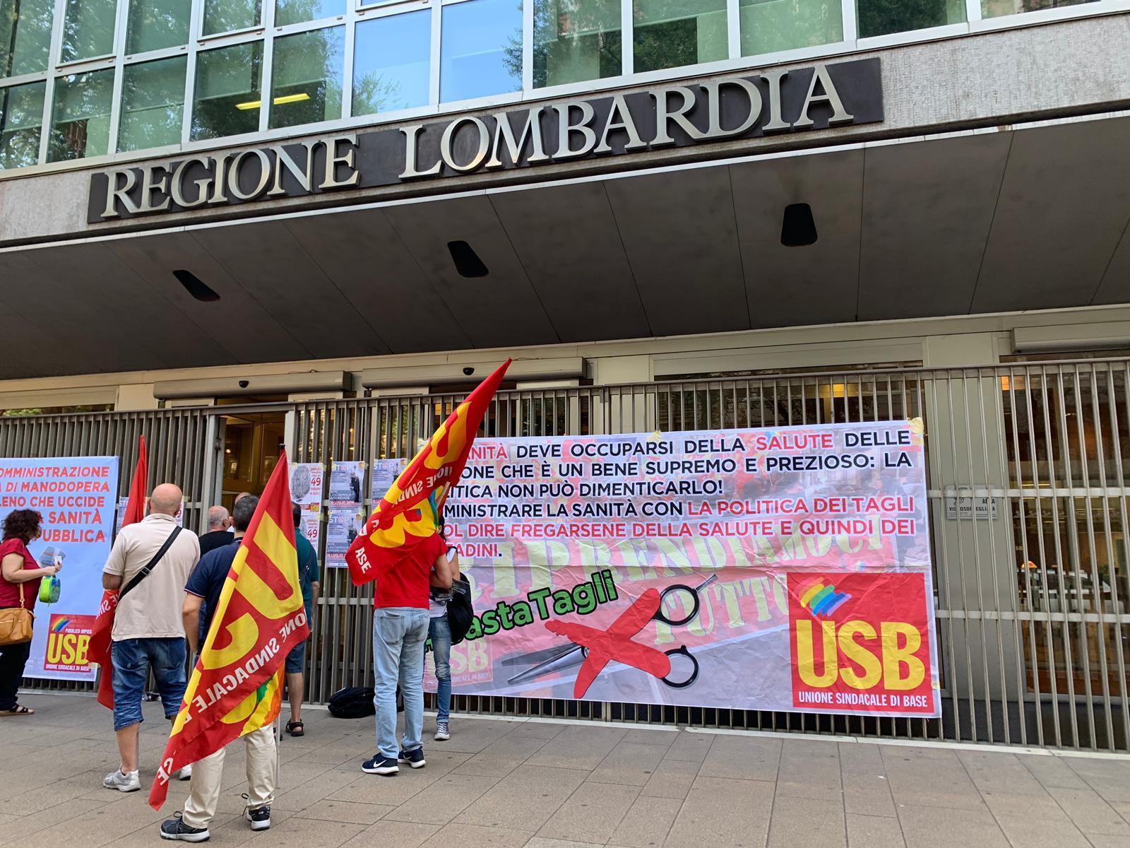 Presidio del comparto Sanità davanti alla sede della Regione Lombardia